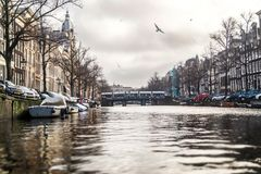 Река в Амстердаме во время зимнего времени Стоковое Изображение RF