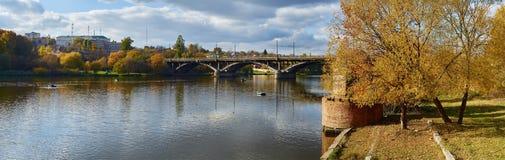 Река в городке осени на солнечный день стоковое изображение rf