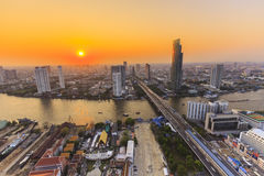 Река в городе Бангкока с администраривным администраривн высшей должности на заходе солнца Стоковое Изображение RF