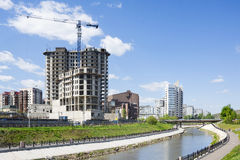 Река в городе и конструкции строя на берег Стоковое Изображение