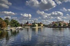 Река в городе Стоковое Фото