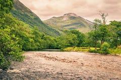 Река в долине Глена Невиса, Шотландии Стоковое Фото