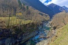 Река в долине Verzasca, Lavertezzo горы, Швейцария стоковая фотография rf