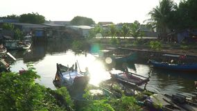Река в середине деревни Въетнамская деревня Человек плавает вниз с реки в малой рыбацкой лодке видеоматериал