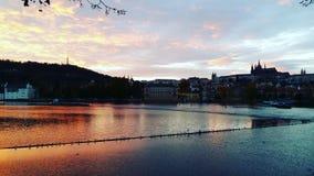Река Влтавы захода солнца, Прага Стоковые Изображения