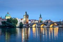 Река Влтавы и Карлов мост к ноча, Прага Стоковые Изображения RF