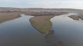 Река в Maloyaz, осени, России, реке разветвляя в 2 каналах современных видеоматериал