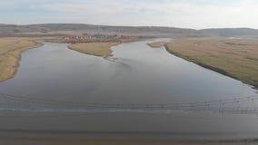 Река в Maloyaz, осени, России, реке разветвляя в 2 каналах современных акции видеоматериалы