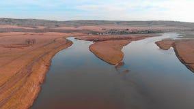 Река в Maloyaz, осени, России, реке разветвляя в тонизировать цвета 2 каналов современный акции видеоматериалы