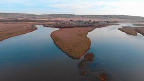 Река в Maloyaz, осени, России, реке разветвляя в тонизировать цвета 2 каналов современный сток-видео