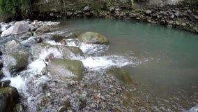 Река горы брызгая воду пропуская через утесы по потоку акции видеоматериалы