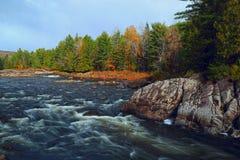 Река горы во времени осени Стоковые Фотографии RF
