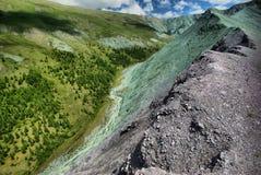 Река горы в горах Течение через ущелье река Камни и скалистая земля около реки Красивейшая гора Стоковое Фото
