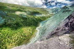Река горы в горах Течение через ущелье река Камни и скалистая земля около реки Красивейшая гора Стоковая Фотография RF