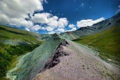 Река горы в горах Течение через ущелье река Камни и скалистая земля около реки Красивейшая гора Стоковые Фото