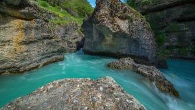 Река горы в каньоне Aksu, Казахстана - 4K Timelapse видеоматериал