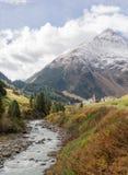 Река горы и окружающая среда ландшафта деревьев hiking alps Покрашенные холмы, большие горы Стоковое Фото