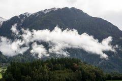 Река горы и окружающая среда ландшафта деревьев hiking alps Покрашенные холмы, большие горы Стоковая Фотография