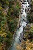Река горы и окружающая среда ландшафта деревьев hiking alps Покрашенные холмы, большие горы Стоковое Изображение RF