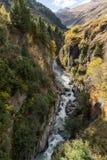 Река горы и окружающая среда ландшафта деревьев hiking alps Покрашенные холмы, большие горы Стоковое Изображение