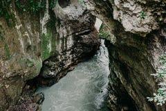 Река горы, каньон утеса серого камня, покрытый с мхом, красивый спокойный взгляд природы Стоковое фото RF