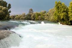 Река горы, красивая вода мелководья горы Речные пороги воды Река горы, водопад речного порога зеленого цвета леса Стоковая Фотография RF