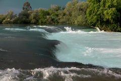 Река горы, красивая вода мелководья горы Речные пороги воды Река горы, водопад речного порога зеленого цвета леса Стоковое фото RF