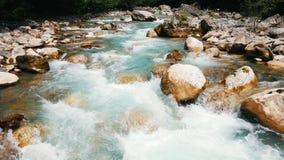 Река горы, ландшафт природы Чисто чистая вода двигает среди больших камней видеоматериал