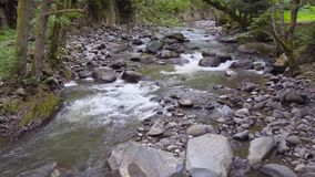 Река горы пропускает быстро в после полудня 4k сток-видео
