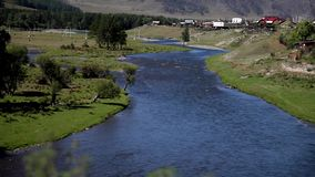Река горы пропускает около сельской местности акции видеоматериалы