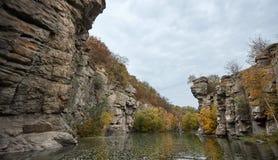 Река горы пропускает среди одичалой природы Стоковые Изображения RF