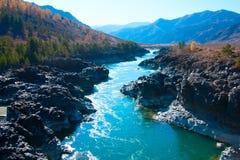 Река горы пропуская в долине между горными цепями Стоковые Фото