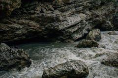 Река горы, спеша вода, пропуская речная вода, ясный поток горы Стоковая Фотография RF