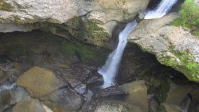 Река горы с чистой водой в горе Кавказа в Georgia около Kutaisi Каньон Martvili акции видеоматериалы