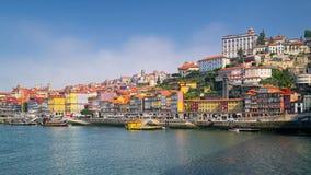 Река Дуэро и красочные дома Порту, Португалии Стоковое Изображение RF