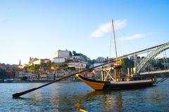 Река Дуэро и традиционные шлюпки в Oporto стоковые изображения rf