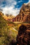 Река девственницы пропуская через национальный парк Сиона Стоковые Фотографии RF