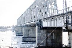 Река железнодорожного моста, который замерли Стоковые Фотографии RF