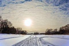 Река замерли Snowy, который Стоковая Фотография RF