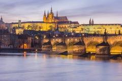 Река замка и Влтавы Праги на сумерк стоковые фото