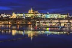 Река замка и Влтавы Праги на сумерк стоковые изображения