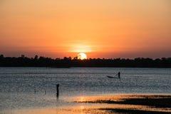 Река захода солнца в вечере стоковое фото rf