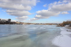 Река зимы берега покрытое с льдом стоковые изображения rf