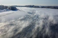 Река зимы ландшафта замерзает с заморозком, подъемами пара над рекой на солнечный день стоковое изображение rf