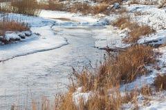 Река зимы покрытое с льдом Стоковое Изображение RF