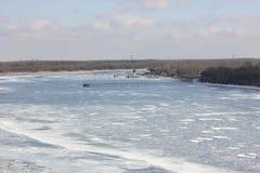 Река зимы покрытое с льдом стоковое фото rf