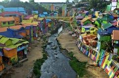 Река идя через красочную деревню Jodipan стоковые фото