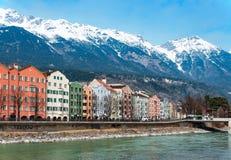 Река Инсбрука и гостиницы в Tirol, Австрии, в зиме Стоковая Фотография