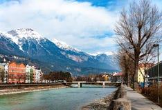 Река Инсбрука и гостиницы с мостом в Tirol, Австрии Стоковое Изображение RF