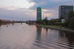 Река и город вечера основа frankfurt Германии Стоковое Фото